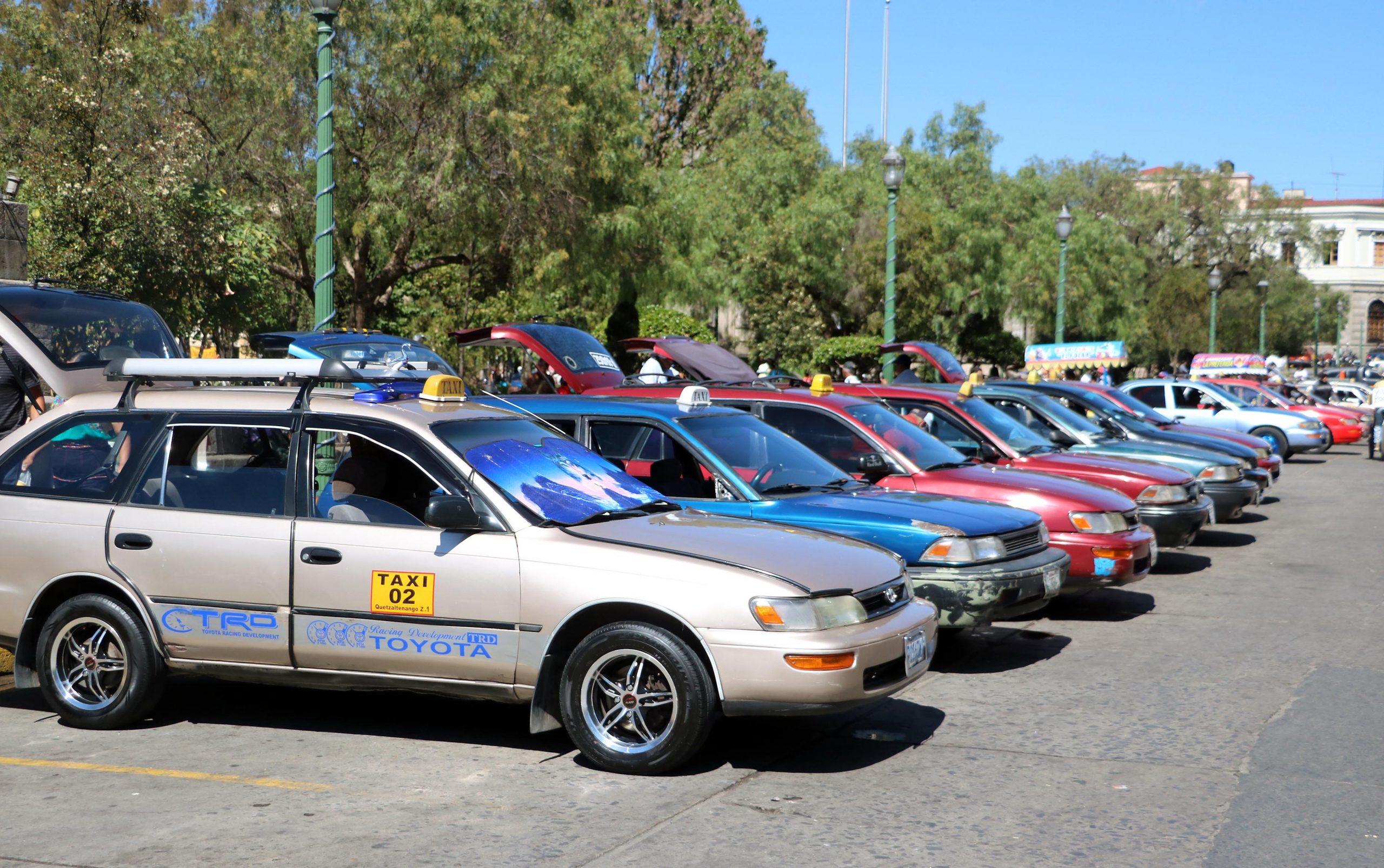 Los taxistas con matrícula particular serán retirados de circulación si no presentan algún documento de trámite ante la municipalidad en Xela. (Foto: Carlos Ventura)