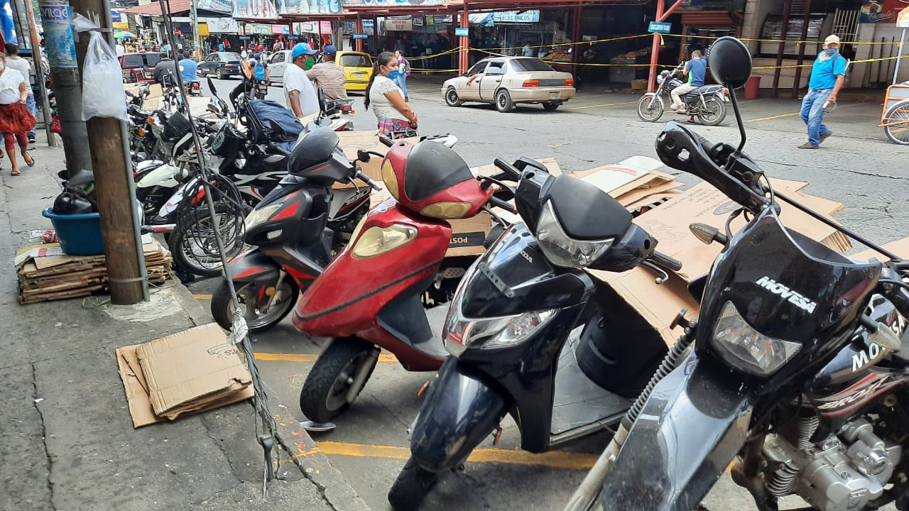La cantidad de motocicletas en Mazatenango afecta al tránsito de los vehículos de cuatro ruedas y a los parqueos para estos. (Foto: Cristian Soto)