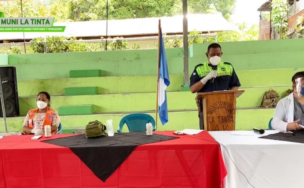 El alcalde municipal de Santa Catalina La Tinta, José Gilberto Artola Choc, habla durante la conferencia de prensa junto a otras autoridades municipales y de salud, donde anunciaron el cierre del municipio por ocho días. (Foto: Eduardo Sam))