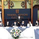 Autoridades del TSE y del RENAP durante la ceremonia de la firma oficial del convenio entre ambas instituciones. (Foto: RENAP)