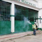 Dos personas realizan la sanititación de las intalaciones de los bomberos en Olintepeque, Quetzaltenango, luego de un caso de COVID-19. (Foto; Carlos Ventura))