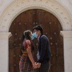 A pesar de las medidas, hay situaciones que no se han podido postergar, como las bodas, como la que se celebró en San Juan Comalapa, Chimaltenango. (Foto: EFE)