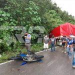 Por causas que se desconocen un camión, un vehículo y un motorista protagonizaron un accidente en jurisdicción de Sachichá, en la ruta entre Cobán y Chisec, Alta Verapaz. Un trabajador del área de salud falleció en el lugar. (Foto: Eduardo Sam).
