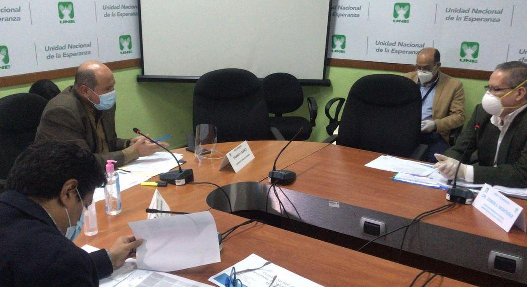 Edwin Montúfar, viceministro de Atención Primaria, durante su citación con los diputados de la UNE en el Congreso de la República. (Foto: La Hora)