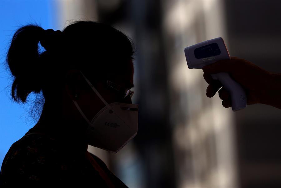 Un hombre de 33 años se convirtió en el primer caso de un paciente reinfectado por COVID-19 en todo el mundo. Sucedió en Hong Kong. (Foto: EFE)