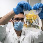 Italia comenzó hoy a probar en humanos su vacuna creada íntegramente en el país, con el arranque de la primera fase en un hospital de Roma, donde se inoculó una dosis al primer voluntario. (Foto: EFE)