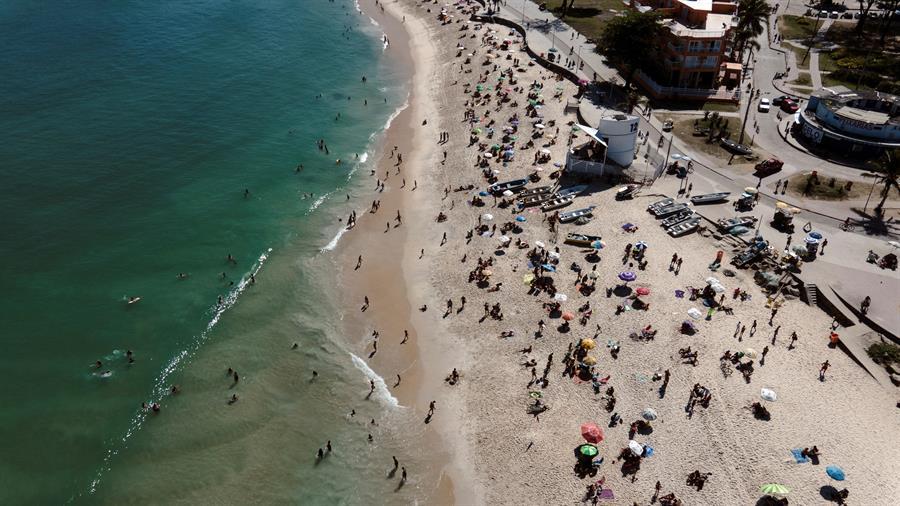 Brasil es el segundo país más golpeado por el COVID-19 en todo el mundo, solo por detrás de los Estados Unidos. A pesar de ello, algunas de sus playas lucieron llenas el domingo. (Foto: EFE)