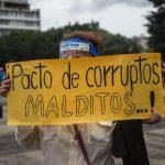 Ciudadanos protestan contra el presidente de Guatemala, Alejandro Giammattei, en la Plaza de la Constitución, en Ciudad de Guatemala