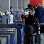 Viajeros realizan hoy su registro de ingreso en el Aeropuerto Internacional de Tocumen, en Ciudad de Panamá