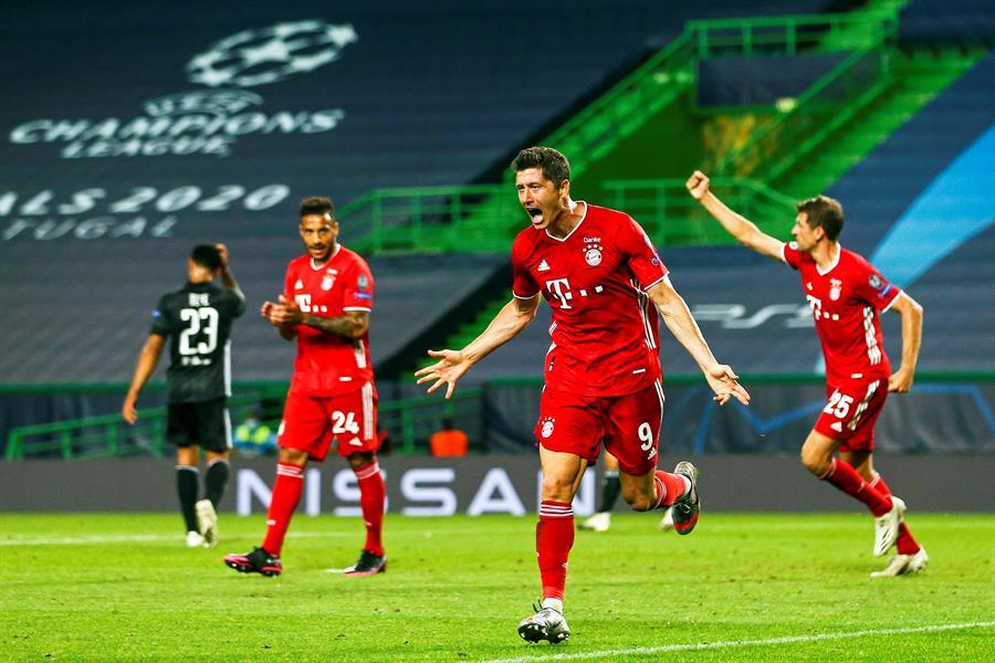 El polaco Robert Lewandowski celebra el tercer tanto del Bayern Múnich en la semifinal contra el Lyon de Francia. (Foto: EFE)