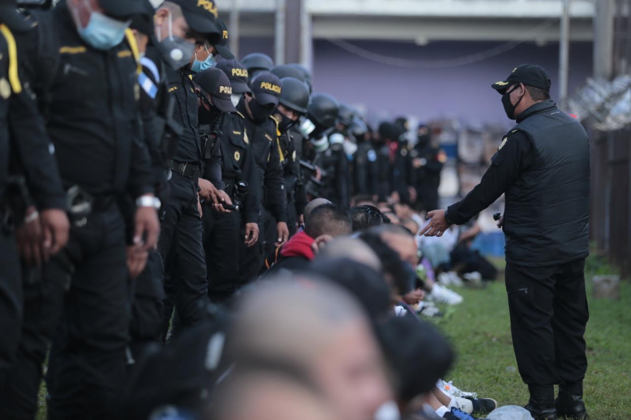 """El Ministerio de Gobernación informa que realiza el traslado de aproximadamente 40 privados de libertad desde """"El Infiernito"""" en Escuintla, al Preventivo de la zona 18."""