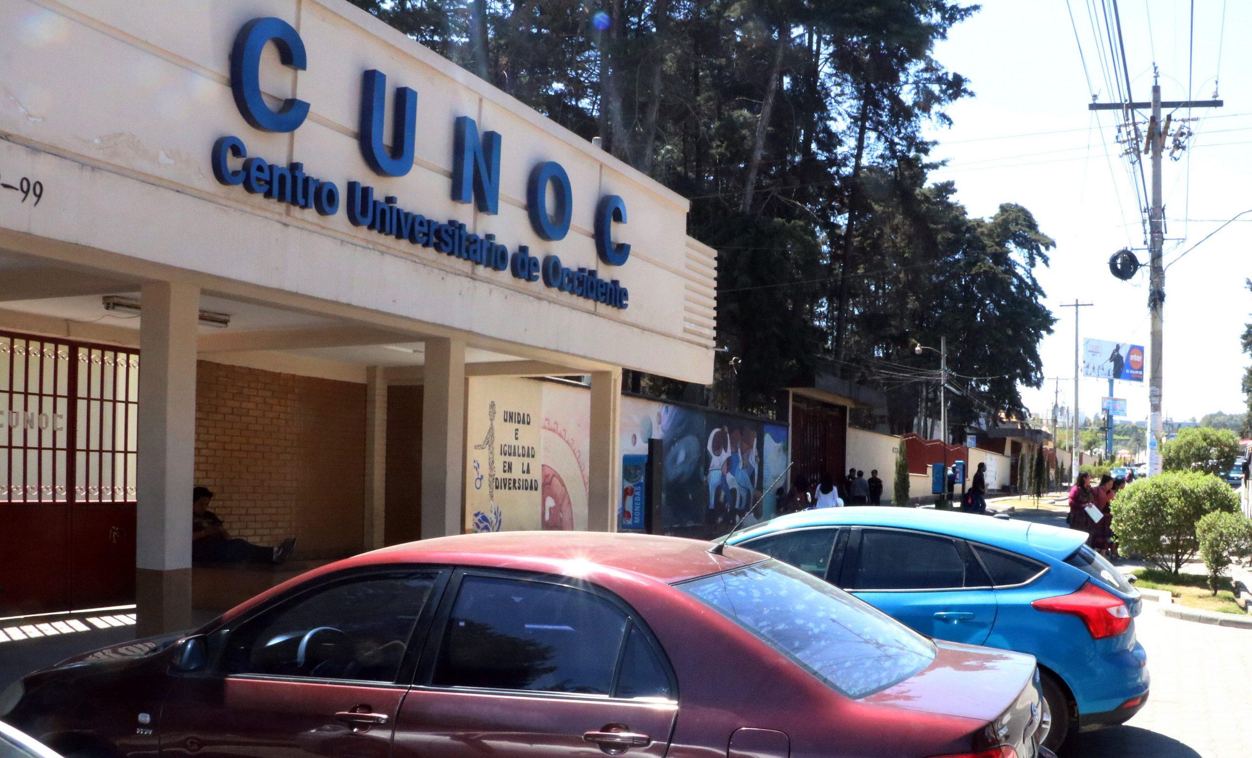 Estudiantes del CUNOC denunciaron la falta de equipo en la institución pra realizar exámentes privados y actos de graduación de forma virtual. (Foto: Carlos Ventura)