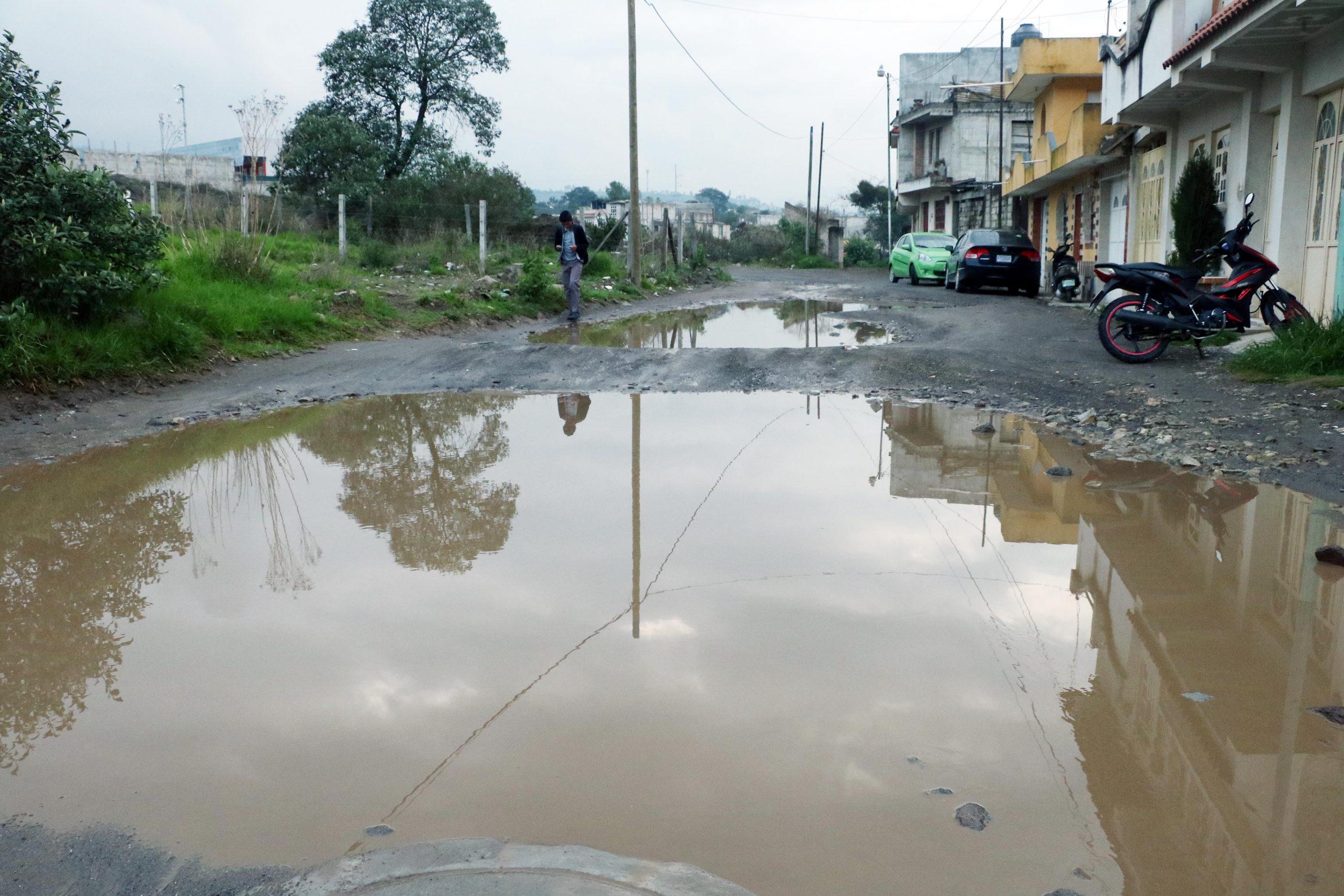 Los vecinos esperan una solución ante el problema de las calles donde la lluvia provoca pozas y complica el tránsito vehicular. (Foto: Carlos Ventura)