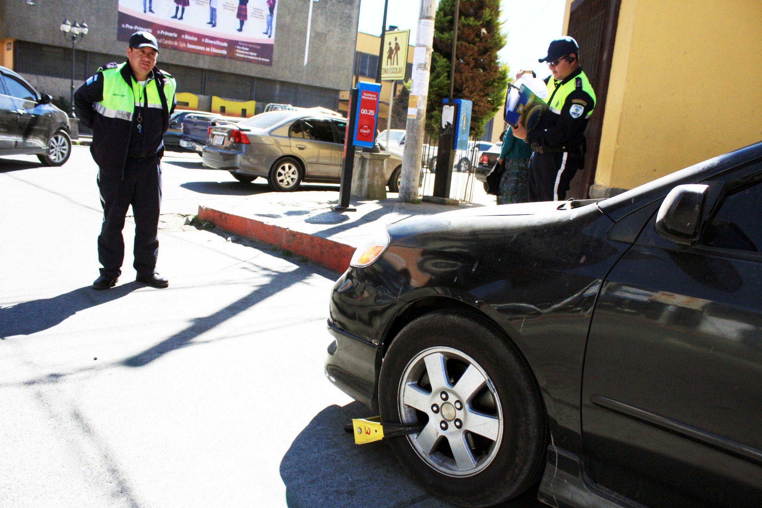 Las autoridades de tránsito de Xela anunciaron el regreso de los cepos como medida para evitar que malos pilotos se estacionen en lugares prohibidos. (Foto: Carlos Ventura)