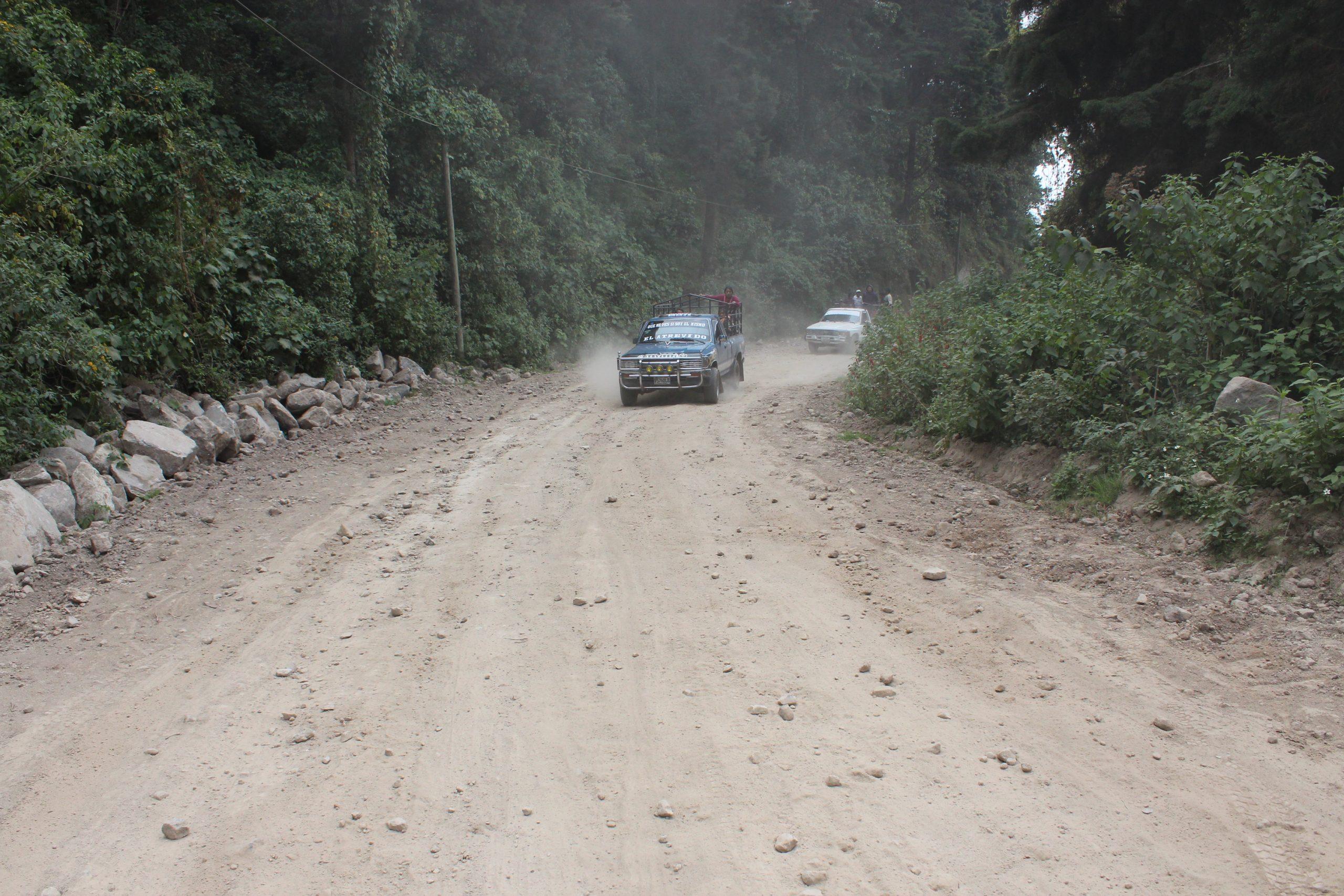 Vecinos de la aldea Las Majadas en Quetzaltenango transitan en un camino de terracería ya que no se les ha construido una carretera digna que han solicitado por más de 25 años.(Foto: Carlos Ventura)