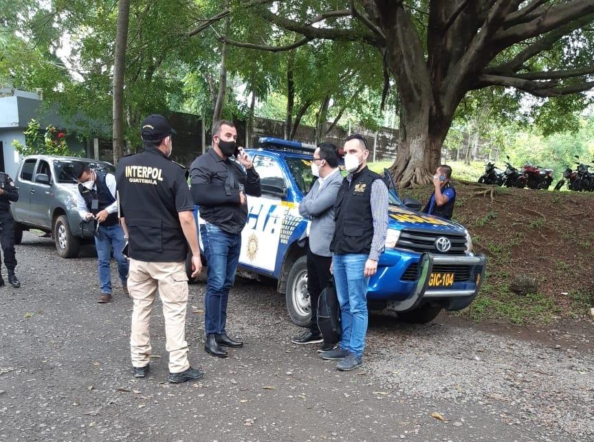 El exministro de comunicaciones, Alejandro Sinibaldi, es custodiado por las autoridades, previo a ser trasladado a la ciudad capital. (Foto: Cortesía)