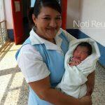 Una enfermera recibe a Victoria Esperanza en la pediatria del Hospital-Foto Noti Reu