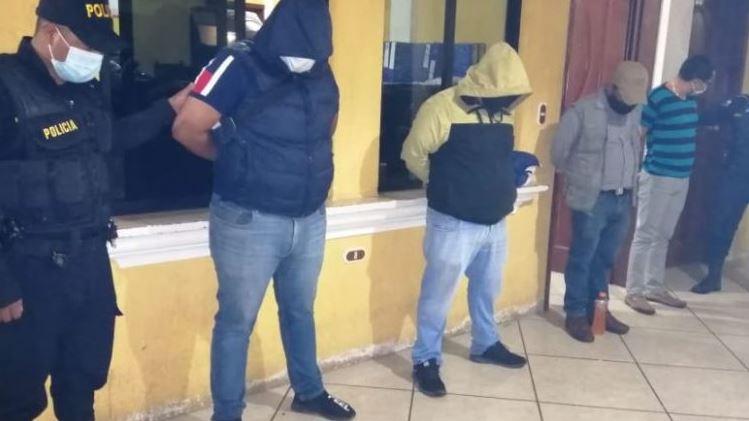 Los 26 detenidos fueron trasladados ante un juez de turno luego de ser sorprendidos por la PNC en una fiesta clandestina en Huehuetenango. (Foto: PNC)