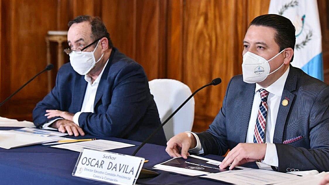 El presidente Alejandro Giammattei escucha el informe de la Comisión Presidencial contra la Corrupción. Junto a él aparece, Oscar Dávila, Director Ejecutivo de dicha comisión. (Foto: Gobierno de Guatemala)