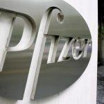 Fotografía del logo de la empresa estadounidense Pfizer en la sede mundial de la compañía en Nueva York.