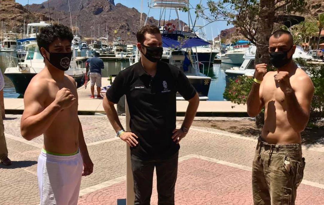 El boxeador nacional Léster Martínez -de pantalón blanco-, durante el pesaje con su rival, el mexicano Abraham Hernández. (Foto: Facebook CDA Escuela Profesional de Boxeo)