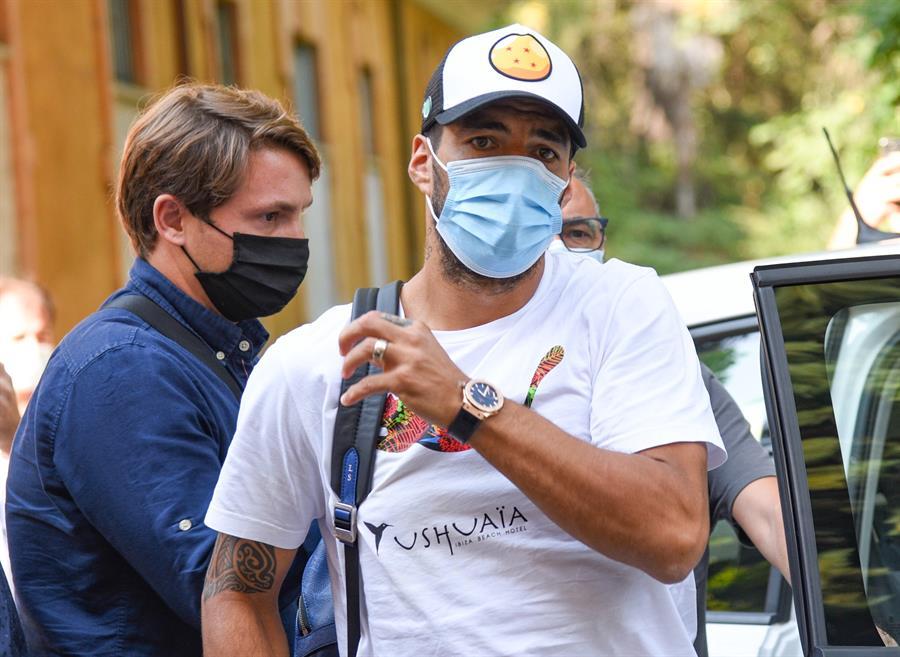 El uruguayo Luis Suárez podría convertirse en jugador del Atlético de Madrid, sin embargo, ese interés de los colchoneros podría complicar su salida del equipo catalán. (Foto: EFE)