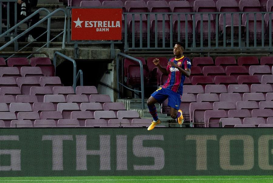 El delantero del FC Barelona Ansu Fati celebra su segundo gol ante el Villarreal durante el partido correspondiente a la tercera jornada de Liga que disputaron en el estadio Camp Nou de Barcelona.