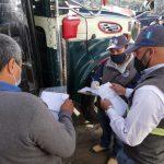 Las autoridades de la Dirección General de Transporte -DGT-, realizan la inspección de los buses del transporte público que circula en Quetzaltenango. (Foto: Carlos Ventura)