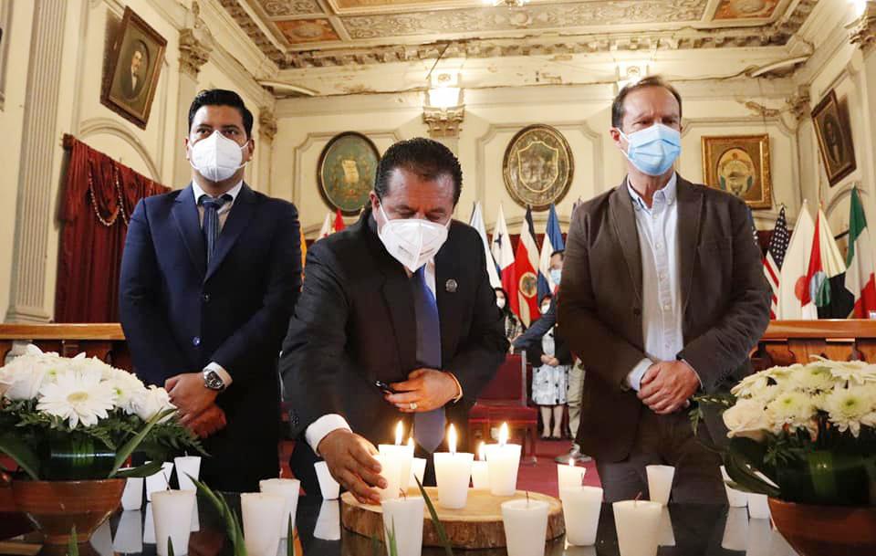 Las autoridades quetzaltecas realizaron un homenaje a las víctimas del COVID-19 durante los actos de independencia. (Foto: Municipalidad de Quetzaltenango)