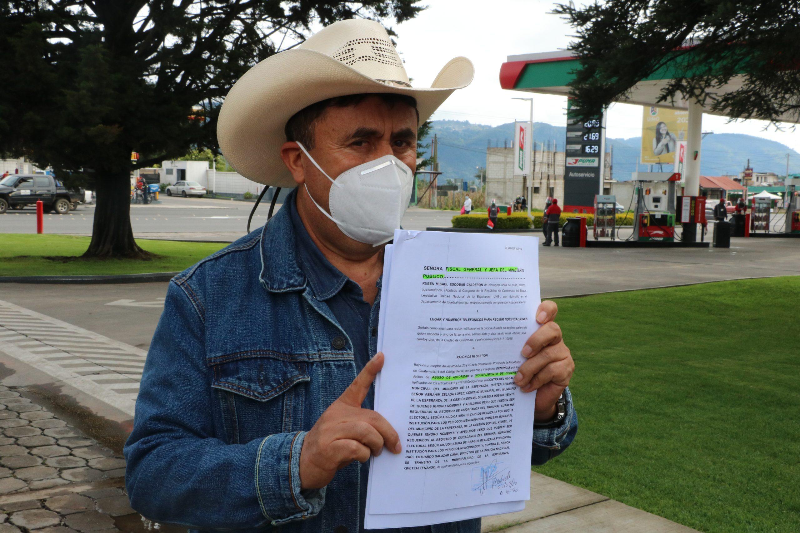El diputado Rubén Escobar, muestra la denuncia que presentó ante el MP contra el alcalde y el Concejo de La Esperanza.