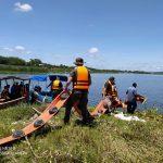 Miembros del Ejército de Guatemala colaboraron en la colocación de la biobarda en el lago Petén Itzá, para evitar que el combustible derramado cause más daños. (Foto: Cortesía)