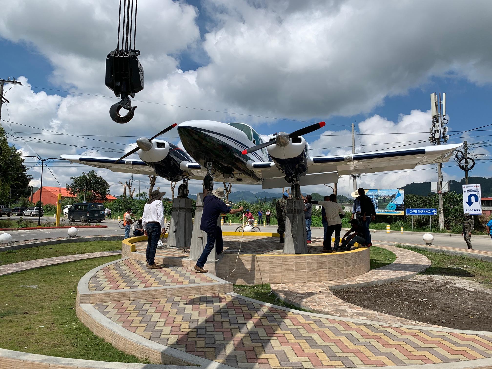 El monumento a los pilotos aviadores instalado el domingo anterior en Cobán y que será inaugurado hoy, sufrió daños en su estructura. (Foto: Eduardo Sam)