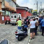 Los salubristas permanecieron por más de cinco horas frente al área de salud de Mazatenango. (Foto: Cristian Soto)
