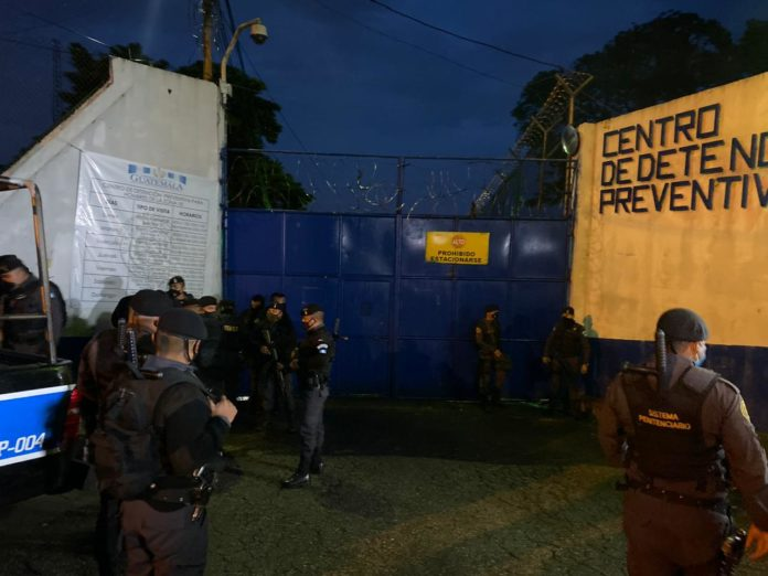 Los guardias del Sistema Penitenciario, quienes eran retenidos por pandilleors del Barrio 18, fueron liberados este viernes. (Foto: Sistema Penitenciario)