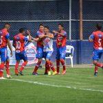 Los jugadores de Xelajú MC celebran y felicitan al brasileño Israel Silva, luego de convertir el 1-0 contra el Deportivo Iztapa. (Foto: Xelajú MC)