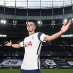 El galés Gareth Bale posa con el uniforme del Tottenham en el estadio de su equipo, a donde vuelve después de seis años en el Real Madrid. (Foto: Tottenham)