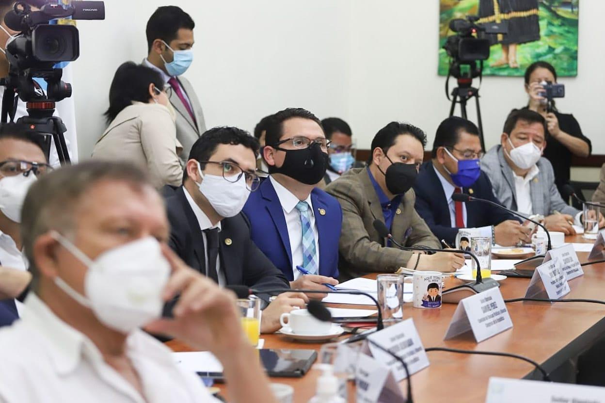 Diputados de la Comisión de Finanzas del Congreso escuchan a Marco Livio Díaz, jefe de la SAT, quien expuso las fuentes de financiamiento del plan de gasto del próximo año. (Foto: Twitter Ranfery Coloma)