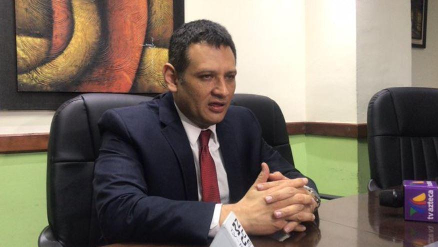 Oscar Argueta, secretario general en funciones del partido UNE, indicó que accionarán legalmente contra Sandra Torres. (Foto: La Hora)
