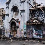 Violencia chile: Dos agentes de seguridad observan uno de los lugares donde ocurrieron los problemas. (Foto: EFE)