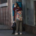 Un hombre abraza a una familiar después de informarle del deceso de una persona en el área de emergencias de enfermedades respiratorias del Hospital San Juan de Dios, en Ciudad de Guatemala