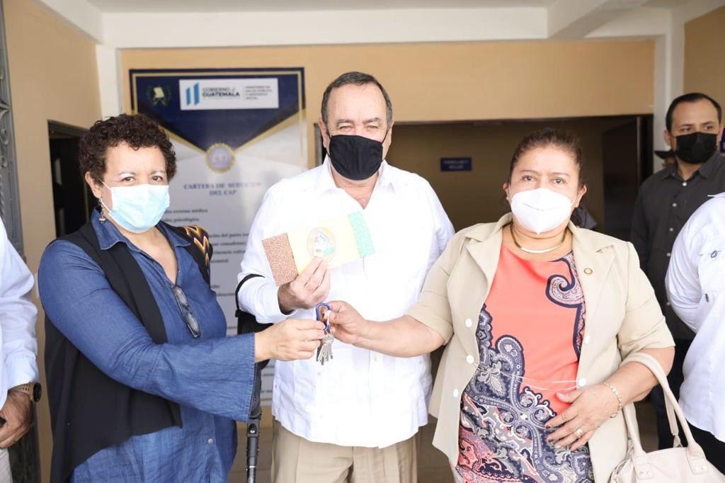 La ministra de Salud, Amelia Flores, y el Presidente Alejandro Giammattei, junto a autoridades locales, inauguraron el Centro de Atención Permanente -CAP-, en San Martín Zapotitlán, Retalhuleu. (Foto: Twitter)