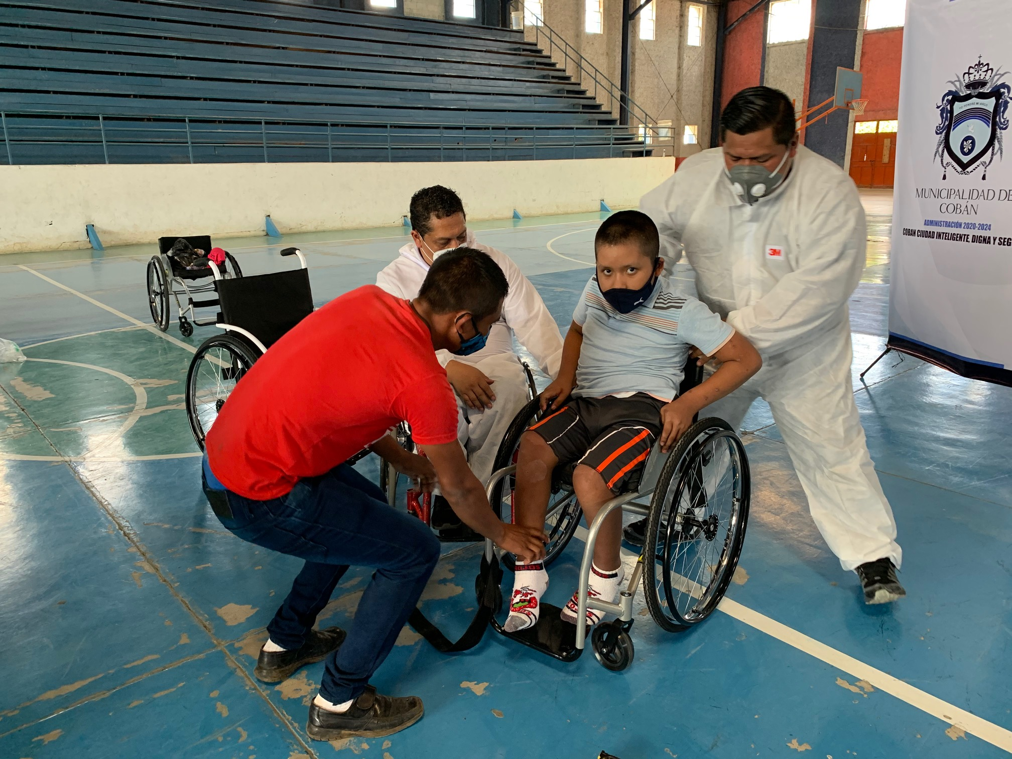 La Asociación Transiciones realiza una donación de sillas en la ciudad de Cobán, Alta Verapaz. (Foto: Eduardo Sam)