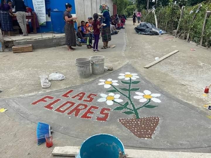 Los vecinos de la Aldea Las Flores de la Aldea Chixolop de San Miguel Chicaj, Baja Verapaz, pavimentaron la ruta con recursos propios. (Foto: Eduardo Sam)