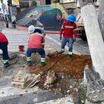 Trabajadroes de Energuate trabajan para sustituir el poste quebrado en la zonas 1 y 2 de Cobán, Alta Verapaz. (Foto: Eduardo Sam)