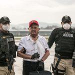 El excomandante guerrillero de las Fuerzas Armadas Rebeldes -FAR- de Guatemala, Julio César Macías alilas César Montes, es conducido por las autoridades guatemaltecas, luego de su arribo procedente de México. (Foto: EFE)