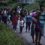 MigrantMigrantes hondureños continúan hoy su camino en caravana hacia Estados Unidos mientras caminan por una carretera de El Cinchadoes hondureños continúan hoy su camino en caravana hacia Estados Unidos mientras caminan por una carretera de El Cinchado