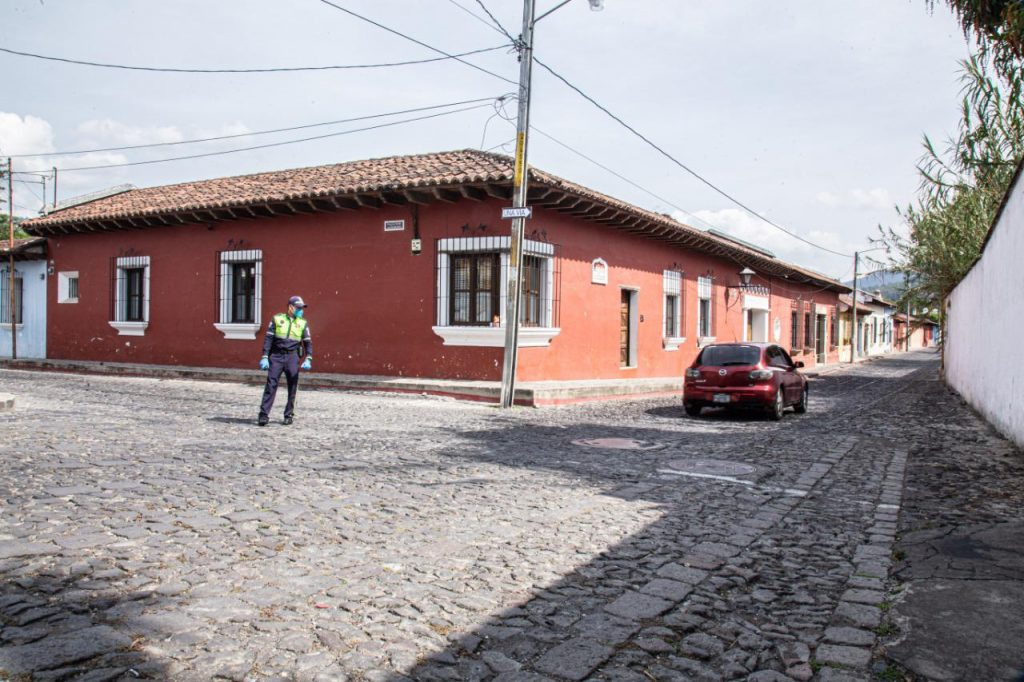 La FECI realiza un allanamiento en Antigua Guatemala. (Foto: Emprendedoresgt)