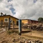 Fachada de la escuela pública donde Marta fue abusada por un maestro en Cobán. (Foto: EFE)