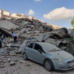 El terremoto que este viernes sacudió las costas del mar Egeo ha dejado al menos 14 muertos; dos de ellos en la isla griega de Samos y los doce restantes en la provincia turca de Esmirna. En este lugar también se han derrumbado unos veinte edificios. (Foto: EFE)