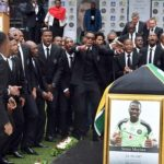 Este lunes se anunció la captura de cinco sospechosos del asesinato del portero y capitán de la selección de Sudáfrica, Senzo Meyiwa, en 2014. (Foto: Twitter)